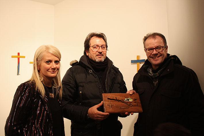 Sabina Melesi, Francesco Tuccio e il sindaco Virginio Brivio durante l'inaugurazione della mostra