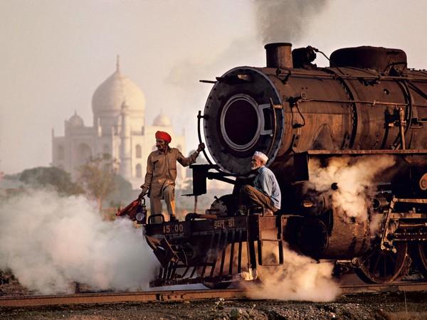 Operai su una locomotiva a vapore, India, 1983