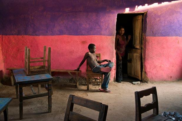 Un ragazzo seduto su una sedia, Omo Valley, Ethiopia,2013