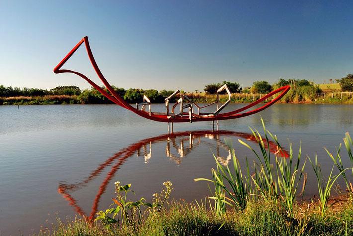 Opera di Eduard Habicher: Viaggio,  putrelle d'acciaio e acciaio inox,  2010, Feacion Atchugarry - Uruguay