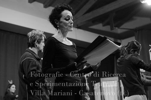 Irene Carossia e la compagnia durante le prove
