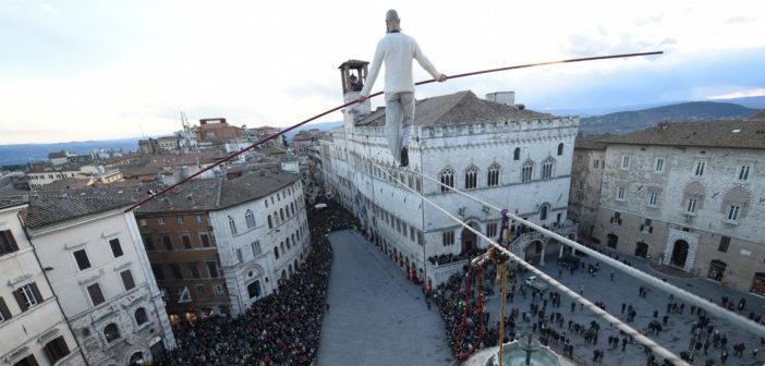 """Trampolieri, funamboli e teatranti di strada a Lecco per la seconda edizione di """"Con la testa all'insù"""". Atteso anche Andrea Loreni"""
